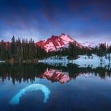 Bij 10.492 voet hoog, is MT Jefferson de tweede langste berg van Oregon Zet Jefferson Wilderness Area, Oregon de op behandelde sn stock foto's