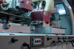 Bij zaagmolen Close-up van machine met controlebord stock foto's