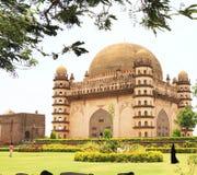 Bijapur Karnataka la India del palacio y del mausoleo del gumbaz de Gol imagenes de archivo