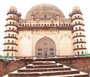 Bijapur Karnataka la India del palacio y del mausoleo del gumbaz de Gol fotografía de archivo libre de regalías
