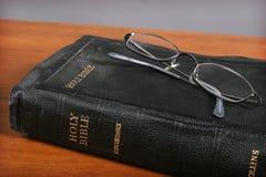 Bijbel en Glazen stock foto's
