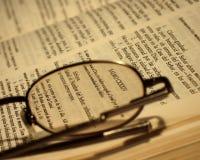 Bijbel en glazen stock afbeelding