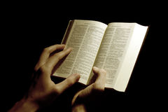 Bijbel en handen Royalty-vrije Stock Foto's