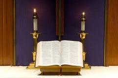 Bijbel en kaarsen op altaar Royalty-vrije Stock Foto