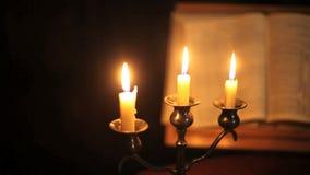Bijbel en kaarsenpan stock video