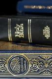 Bijbel en Koran (Qur'an) en Boek van Mormoon Stock Foto's