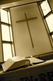 Bijbel en kruis Royalty-vrije Stock Afbeeldingen