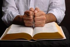 Bijbel en kruis stock afbeelding