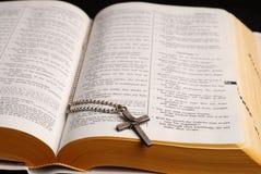 Bijbel en kruis stock foto's
