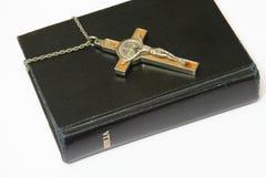 Bijbel en kruisbeeld Stock Foto
