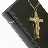 Bijbel en kruisbeeld Stock Afbeelding