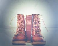 Bijbel en laarzen royalty-vrije stock afbeelding