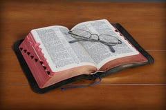 Bijbel en Oogglazen stock foto