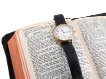 Bijbel en polshorloge royalty-vrije stock afbeeldingen
