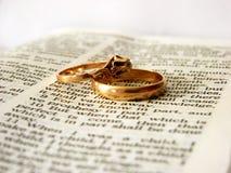 Bijbel en ringen Stock Foto's