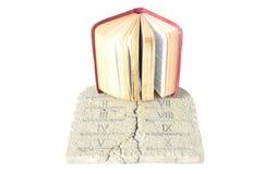 Bijbel en tabletten van wet Stock Foto's
