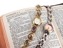 Bijbel en twee horloges Royalty-vrije Stock Fotografie