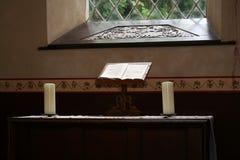 Bijbel in Kerk stock foto