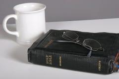 Bijbel, koffie en oogglazen stock foto's