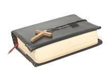 Bijbel met kruis Stock Afbeeldingen