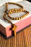 Bijbel met kruisbeeld Stock Afbeelding