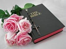 Bijbel met rozen en rozentuin stock foto's