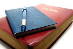 Bijbel, notitieboekje en pen Royalty-vrije Stock Foto's