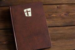 Bijbel op een houten achtergrond stock foto
