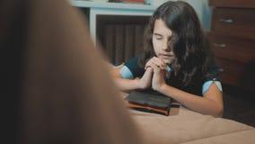 Bijbel van de meisje bidt de heilige levensstijl met bijbel in haar handen de katholicisme heilige heilige bijbel Kinderen en stock video