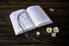 Bijbelboek en kamille Stock Fotografie