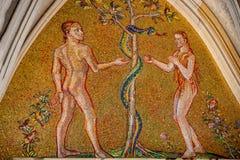Bijbelscène van Ontstaan met Adam en Eva bij belangrijk ingangsportaal van Heilige Vitus Cathedral in Praag, Tsjechische Republie royalty-vrije stock fotografie