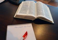Bijbelstudie met blocnote - christelijk concept stock foto's