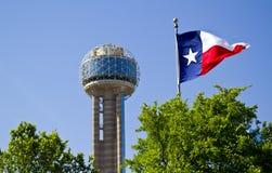 Bijeenkomsttoren in Dallas Texas op een ochtend van de Zonsopganglente met a Stock Fotografie