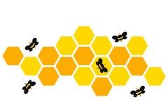 Bijen die rond het ontwerp van het honingraatembleem op wit vliegen Royalty-vrije Stock Afbeelding