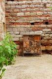 Bijenhotel bij middeleeuwse chateau Stock Afbeeldingen