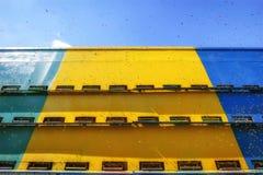 Bijenkorven in een caravan - wagenbijenstal met bijen die aan landi vliegen stock fotografie