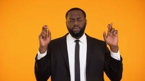 Bijgelovige zakenman die vingers kruisen vóór belangrijke vergadering, besluit stock video