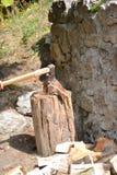 Bijl in actie scherp hout royalty-vrije stock afbeelding