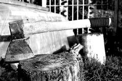 Bijl in een houten stomp wordt geplakt die Royalty-vrije Stock Afbeeldingen