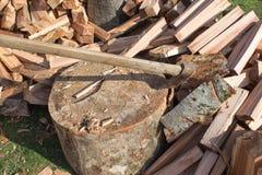 Bijl in een stomp wordt geplakt die Apparaat om bomen te hakken Het voorbereiden van brandhout Hakkend hout voor brandstof royalty-vrije stock afbeelding