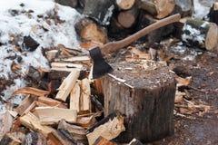 Bijl en het gespleten brandhout Royalty-vrije Stock Afbeeldingen