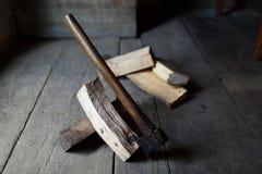 Bijl in firewoods Stock Foto's