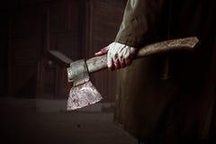 Bijl met bloed in mannelijke hand Stock Foto's