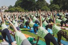 Bijna 2000 mensen nemen een vrije collectieve yogaklasse in een stadspark in Milaan, Italië Royalty-vrije Stock Afbeelding