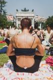 Bijna 2000 mensen nemen een vrije collectieve yogaklasse in een stadspark in Milaan, Italië Stock Foto