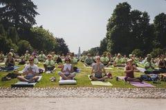 Bijna 2000 mensen nemen een vrije collectieve yogaklasse in een stadspark in Milaan, Italië Royalty-vrije Stock Foto