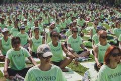 Bijna 2000 mensen nemen een vrije collectieve yogaklasse in een stadspark in Milaan, Italië Royalty-vrije Stock Fotografie