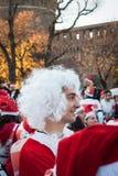 Bijna 10.000 Santas nemen aan Babbo deel Lopend in Milaan, Italië Stock Foto