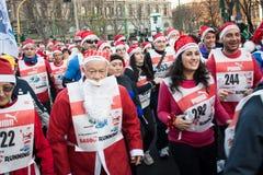 Bijna 10.000 Santas nemen aan Babbo deel Lopend in Milaan, Italië Royalty-vrije Stock Foto