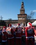 Bijna 10.000 Santas nemen aan Babbo deel Lopend in Milaan, Italië Stock Fotografie